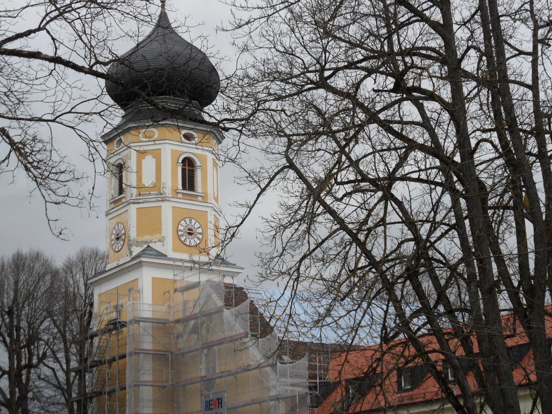 Die Kirche mit Gerüst